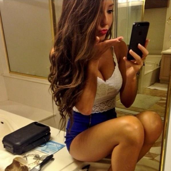 girl blowing kiss selfie saturday girlselfiepics