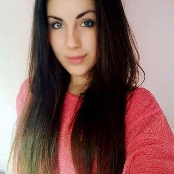 pretty brunette girl selfie ola.surowiec